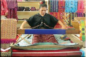 Sukarara hand loom weaving lombok round trip (2)